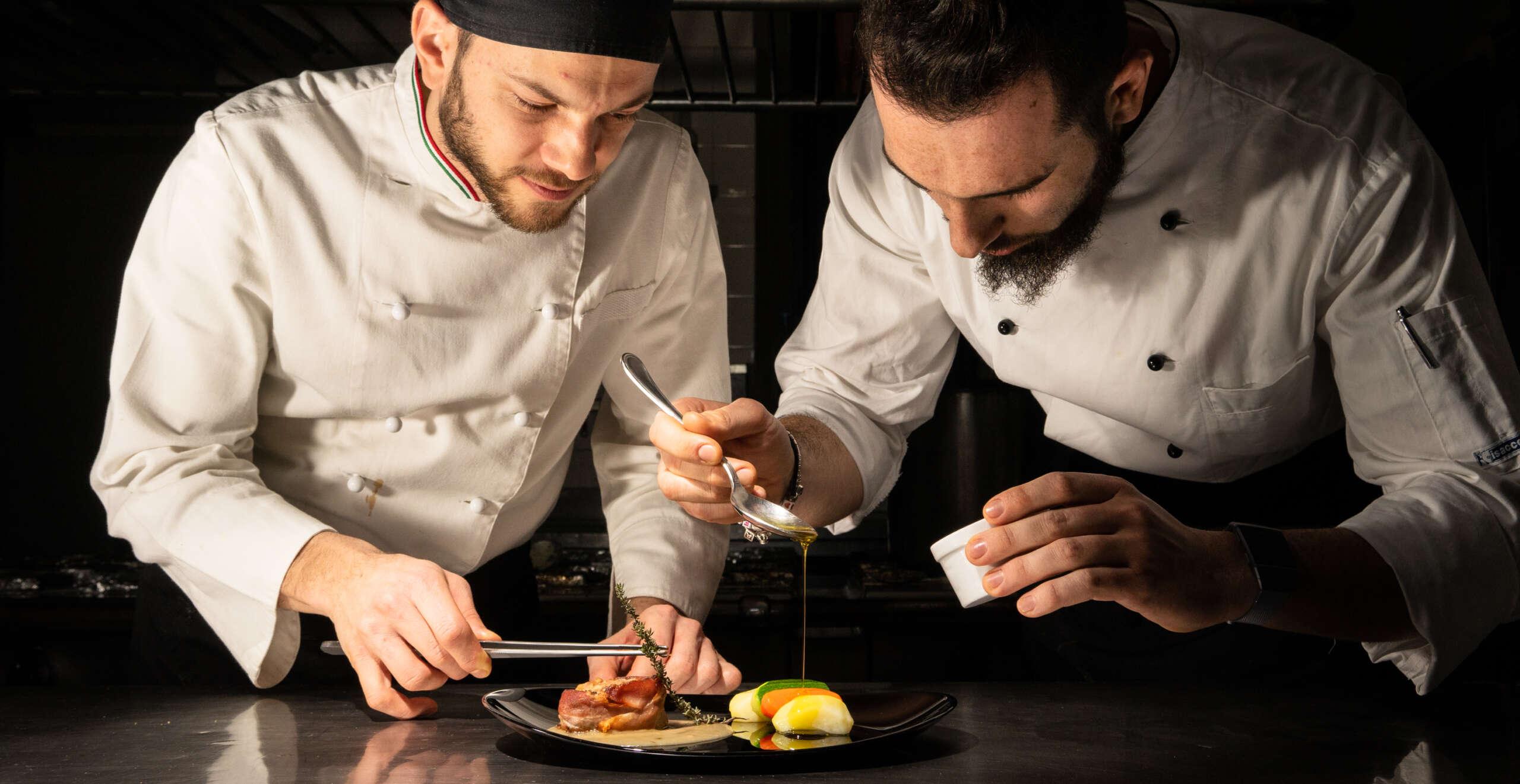 chef-matrimonio-che-prepara-un-piatto